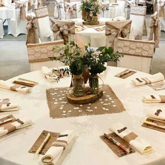 nombres invitados en la mesa